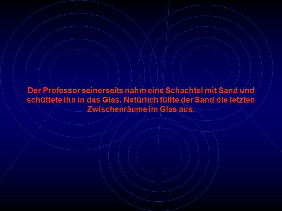 Der Professor seinerseits nahm eine Schachtel mit Sand und schüttete ihn in das Glas.