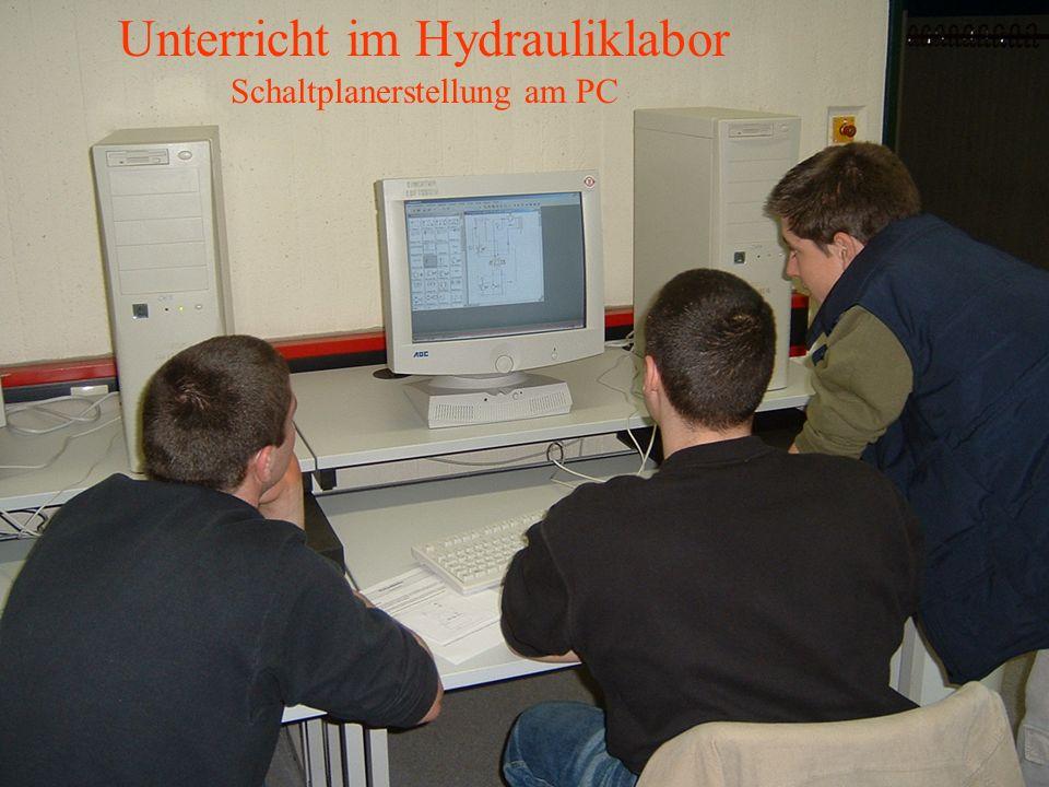 Unterricht im Hydrauliklabor