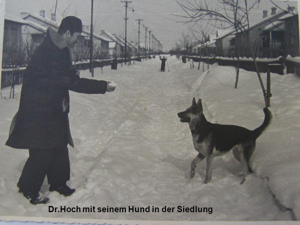 Dr.Hoch mit seinem Hund in der Siedlung