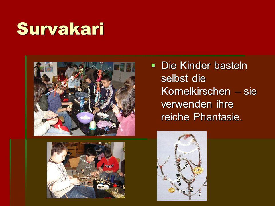 Survakari Die Kinder basteln selbst die Kornelkirschen – sie verwenden ihre reiche Phantasie.