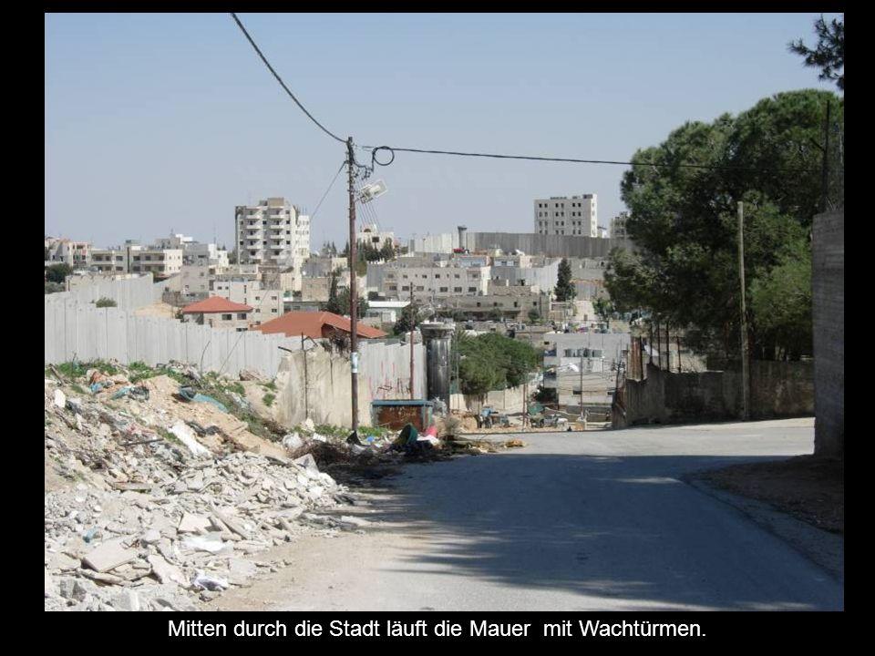 Mitten durch die Stadt läuft die Mauer mit Wachtürmen.