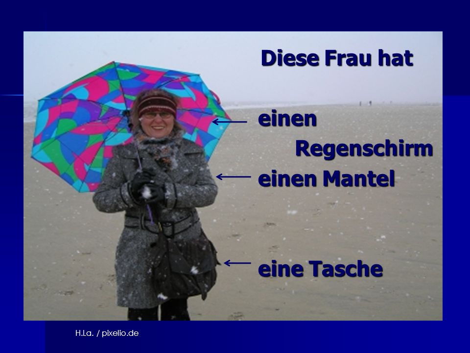 Diese Frau hat einen Regenschirm einen Mantel eine Tasche