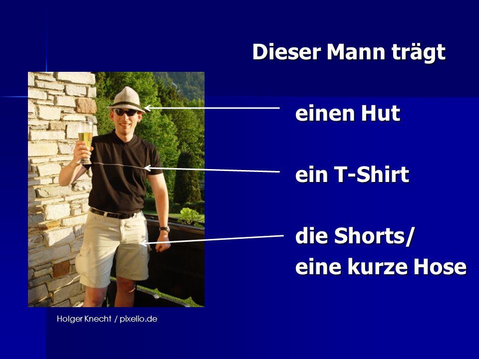 Dieser Mann trägt einen Hut ein T-Shirt die Shorts/ eine kurze Hose