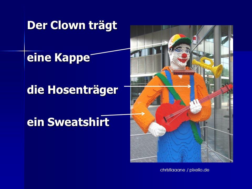 Der Clown trägt eine Kappe die Hosenträger ein Sweatshirt