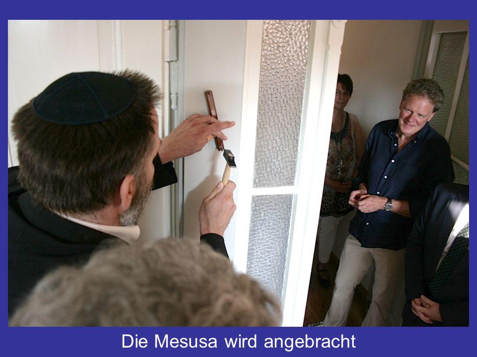 Die Mesusa wird angebracht