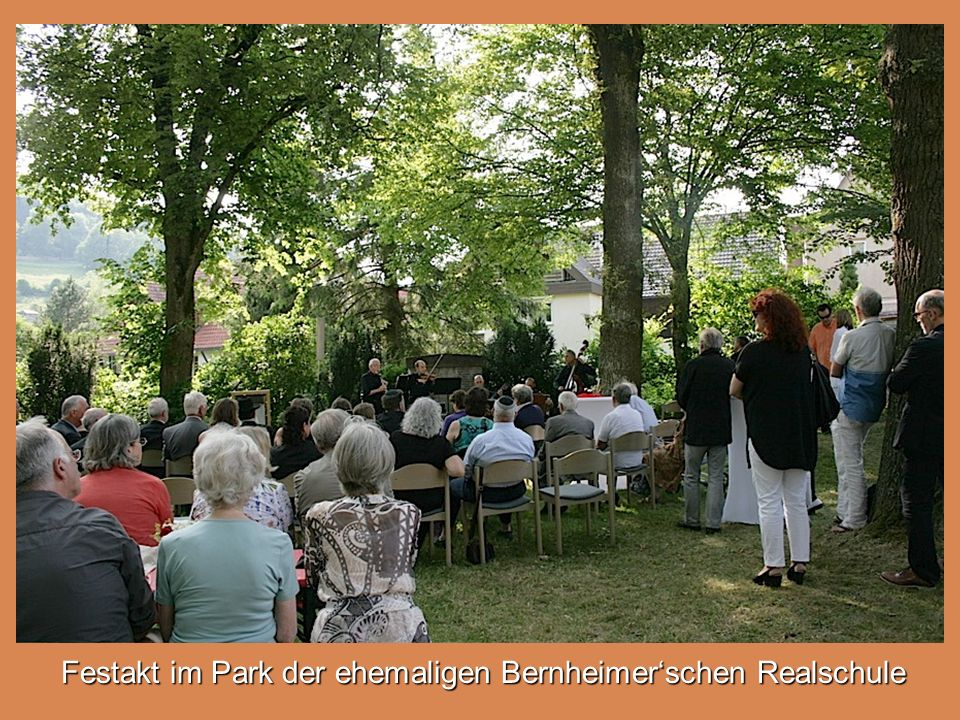 Festakt im Park der ehemaligen Bernheimer'schen Realschule