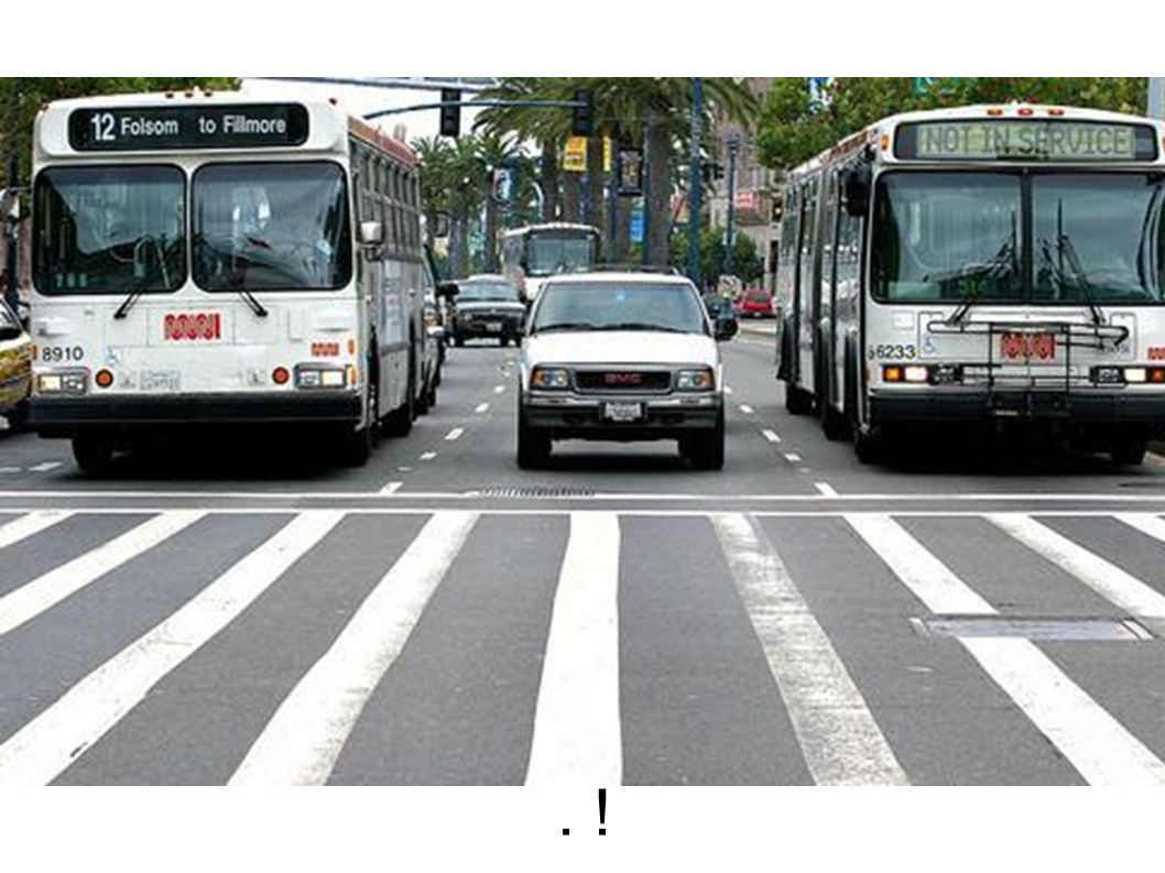 Zwischen den Bussen fährt ein Au . . !