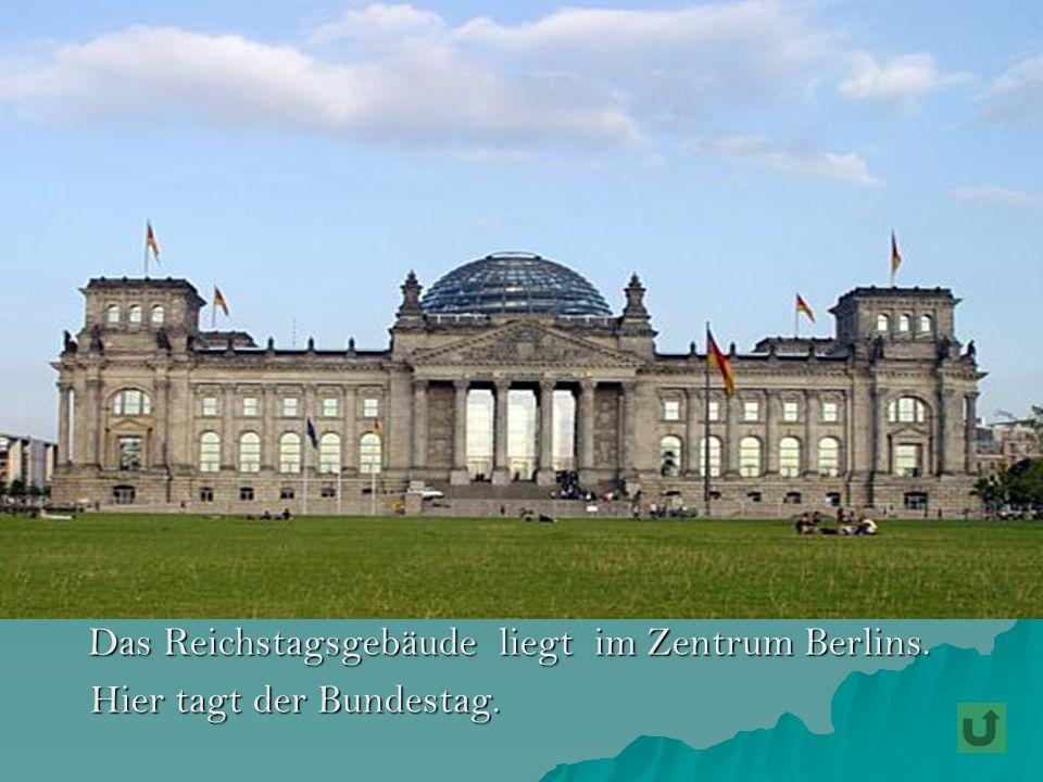 Das Reichstagsgebäude liegt im Zentrum Berlins.