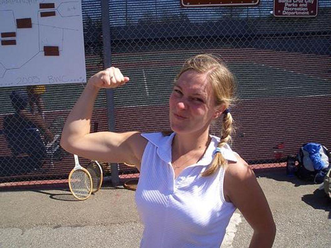 Einige Mädchen zeigen ihre Muskeln.