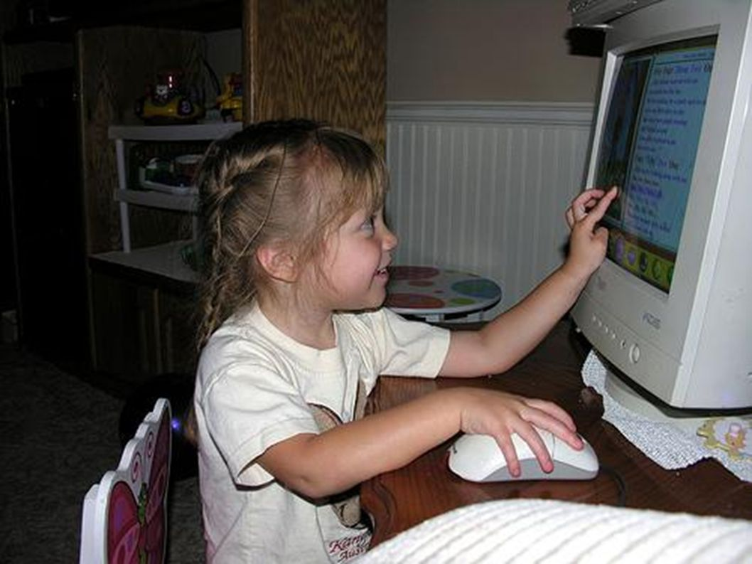 Viele Mädchen mögen Computer.