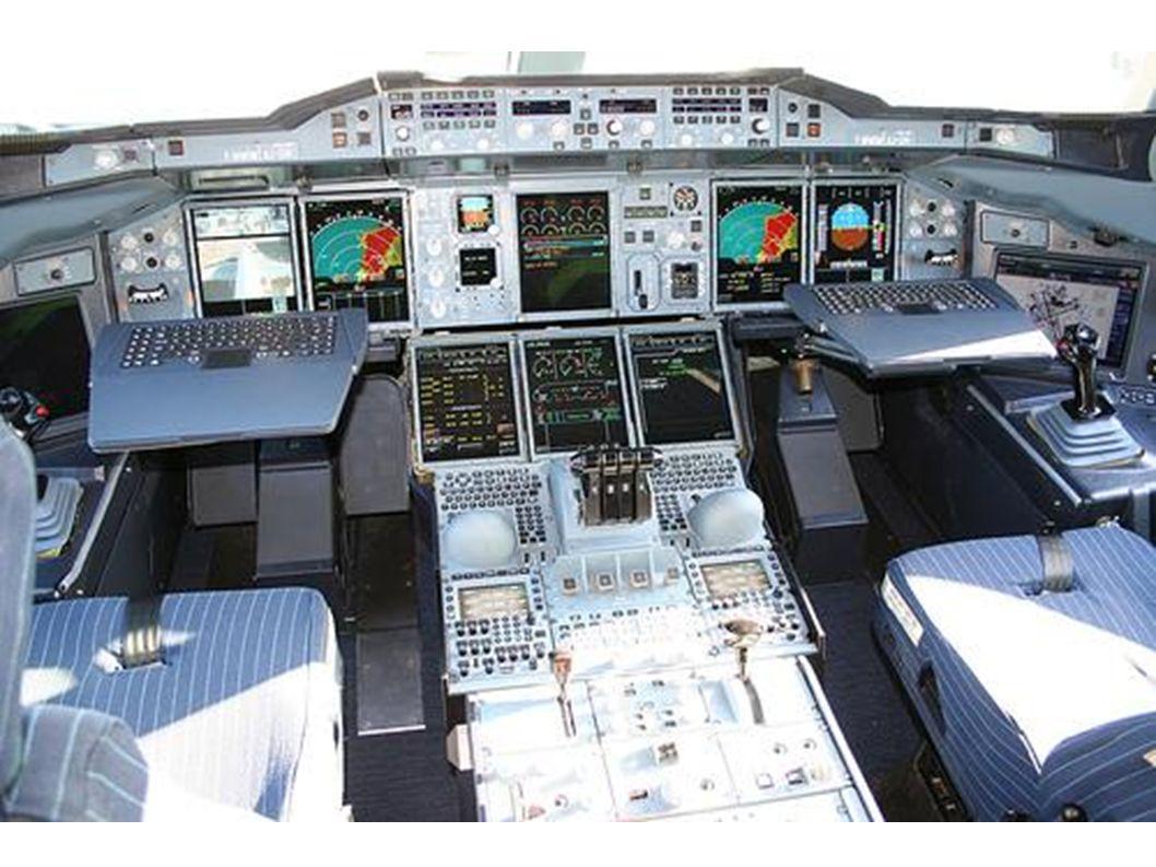 Im Cockpit sitzt der Kapitän.
