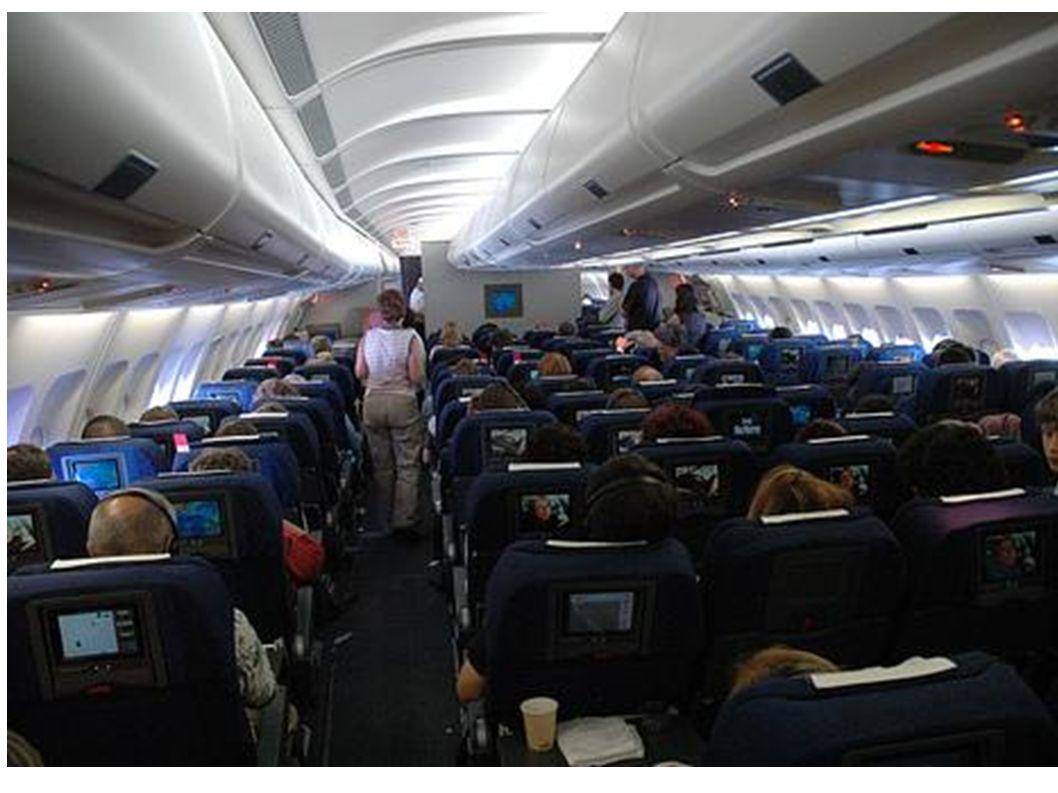 Viele Menschen fliegen mit