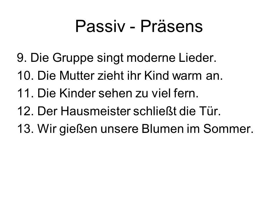 Passiv - Präsens 9. Die Gruppe singt moderne Lieder.