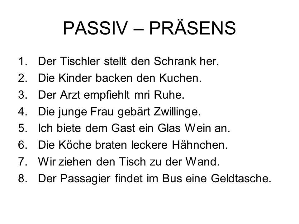 PASSIV – PRÄSENS Der Tischler stellt den Schrank her.