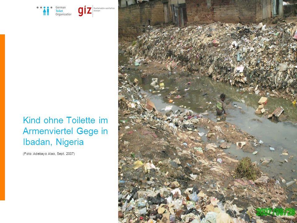 Kind ohne Toilette im Armenviertel Gege in Ibadan, Nigeria