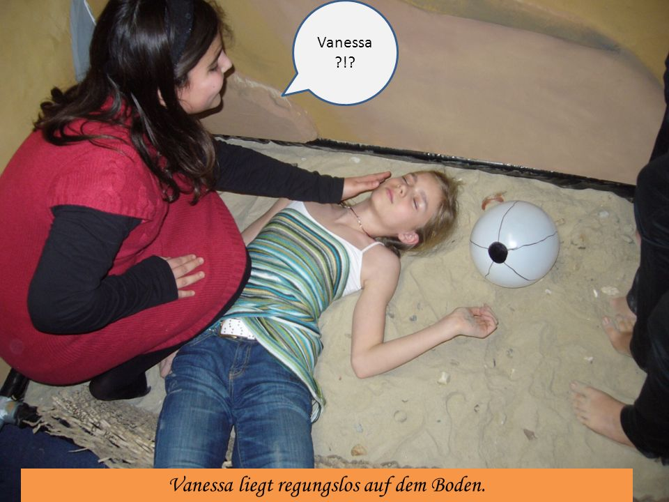 Vanessa liegt regungslos auf dem Boden.