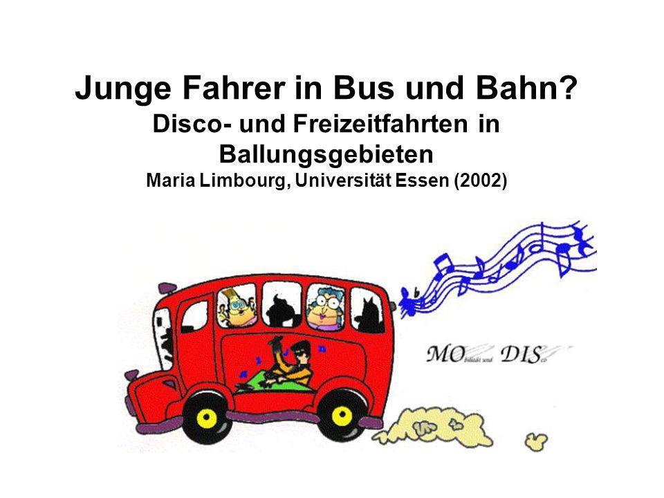 Junge Fahrer in Bus und Bahn