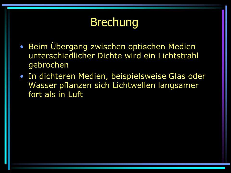 BrechungBeim Übergang zwischen optischen Medien unterschiedlicher Dichte wird ein Lichtstrahl gebrochen.