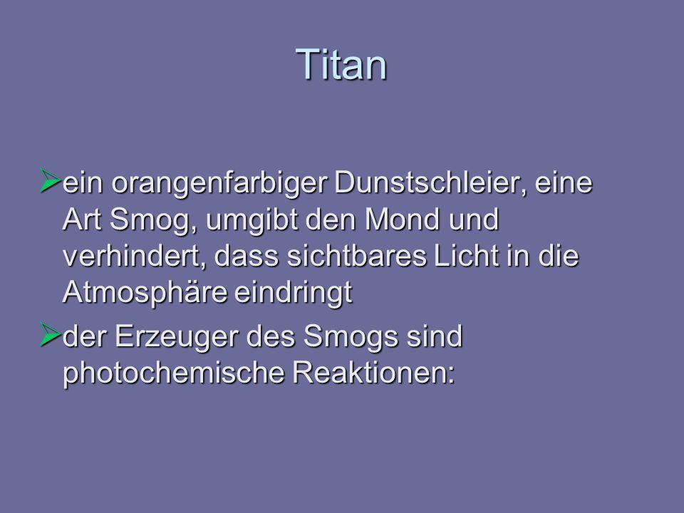 Titan ein orangenfarbiger Dunstschleier, eine Art Smog, umgibt den Mond und verhindert, dass sichtbares Licht in die Atmosphäre eindringt.