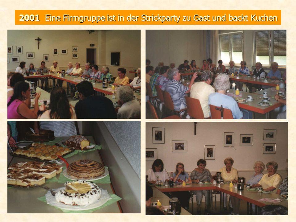 2001 Eine Firmgruppe ist in der Strickparty zu Gast und backt Kuchen