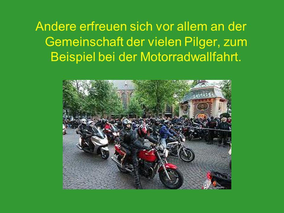 Andere erfreuen sich vor allem an der Gemeinschaft der vielen Pilger, zum Beispiel bei der Motorradwallfahrt.
