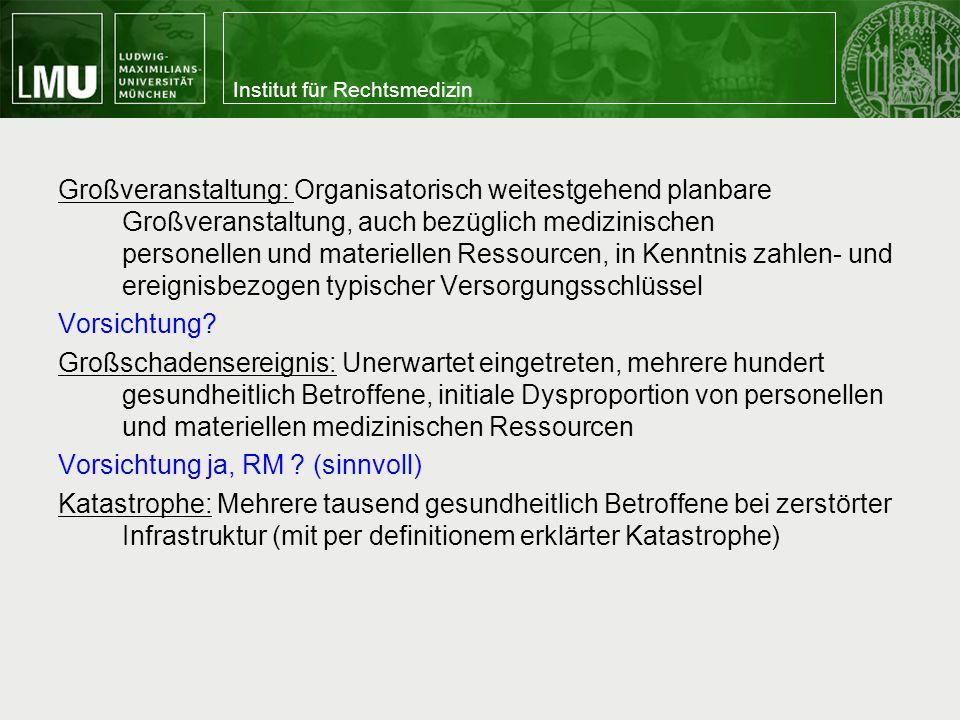 Großveranstaltung: Organisatorisch weitestgehend planbare Großveranstaltung, auch bezüglich medizinischen personellen und materiellen Ressourcen, in Kenntnis zahlen- und ereignisbezogen typischer Versorgungsschlüssel Vorsichtung.