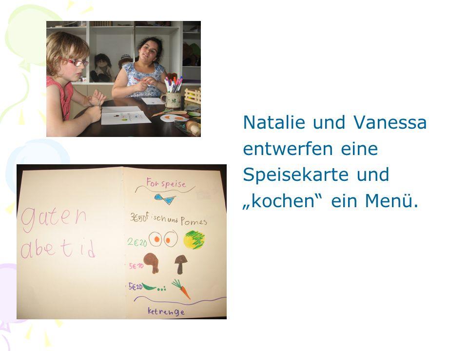 """Natalie und Vanessa entwerfen eine Speisekarte und """"kochen ein Menü."""