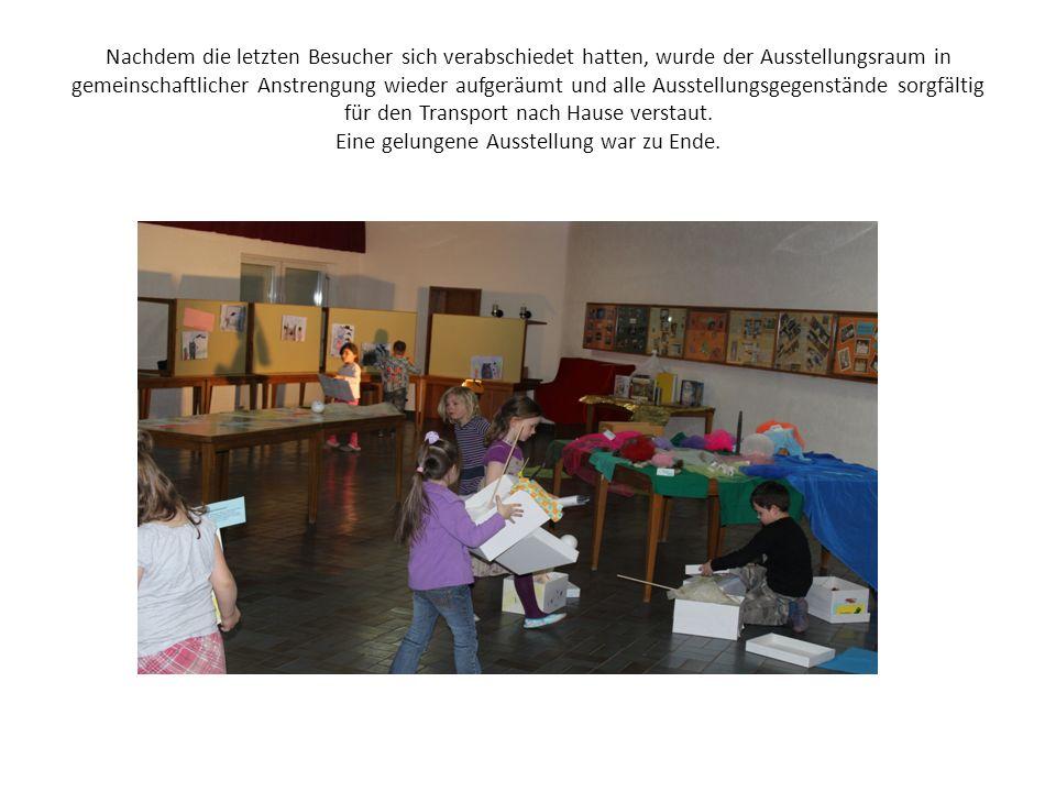Nachdem die letzten Besucher sich verabschiedet hatten, wurde der Ausstellungsraum in gemeinschaftlicher Anstrengung wieder aufgeräumt und alle Ausstellungsgegenstände sorgfältig für den Transport nach Hause verstaut.