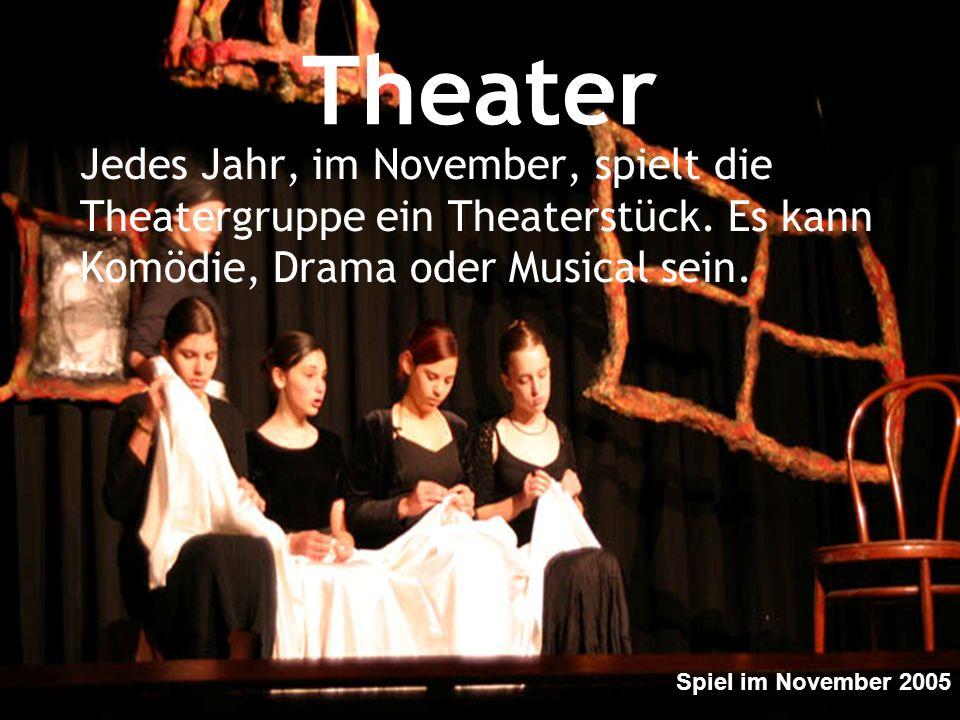 Theater Jedes Jahr, im November, spielt die Theatergruppe ein Theaterstück. Es kann Komödie, Drama oder Musical sein.