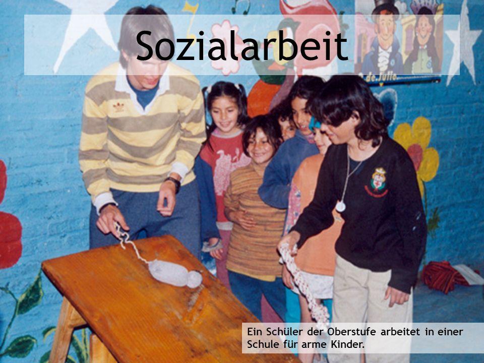 Sozialarbeit Ein Schüler der Oberstufe arbeitet in einer Schule für arme Kinder.