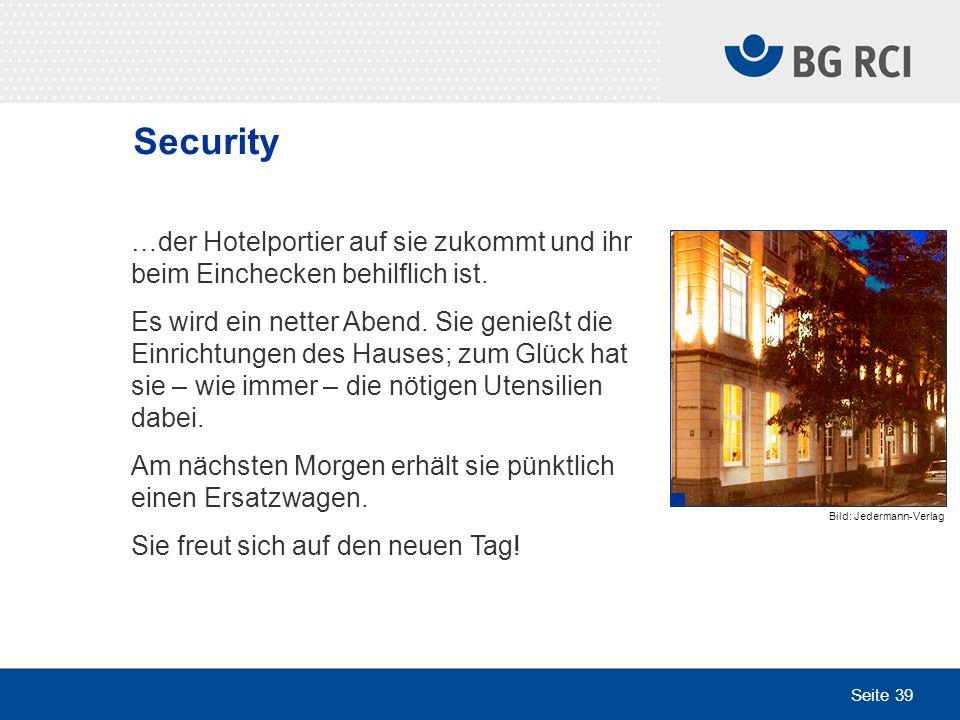 Security…der Hotelportier auf sie zukommt und ihr beim Einchecken behilflich ist.