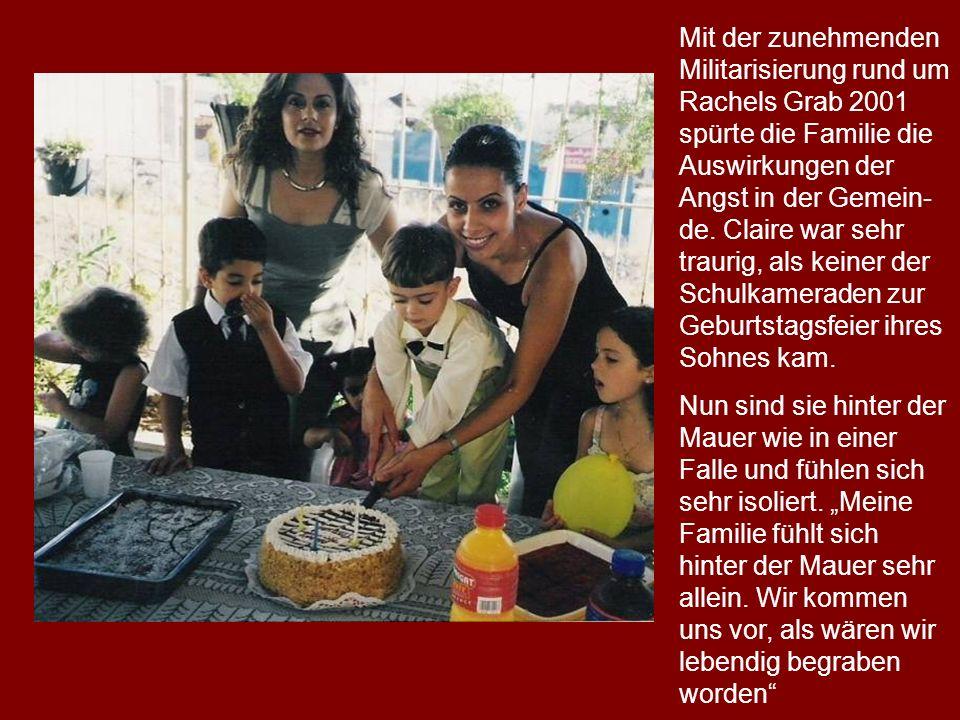 Mit der zunehmenden Militarisierung rund um Rachels Grab 2001 spürte die Familie die Auswirkungen der Angst in der Gemein-de. Claire war sehr traurig, als keiner der Schulkameraden zur Geburtstagsfeier ihres Sohnes kam.