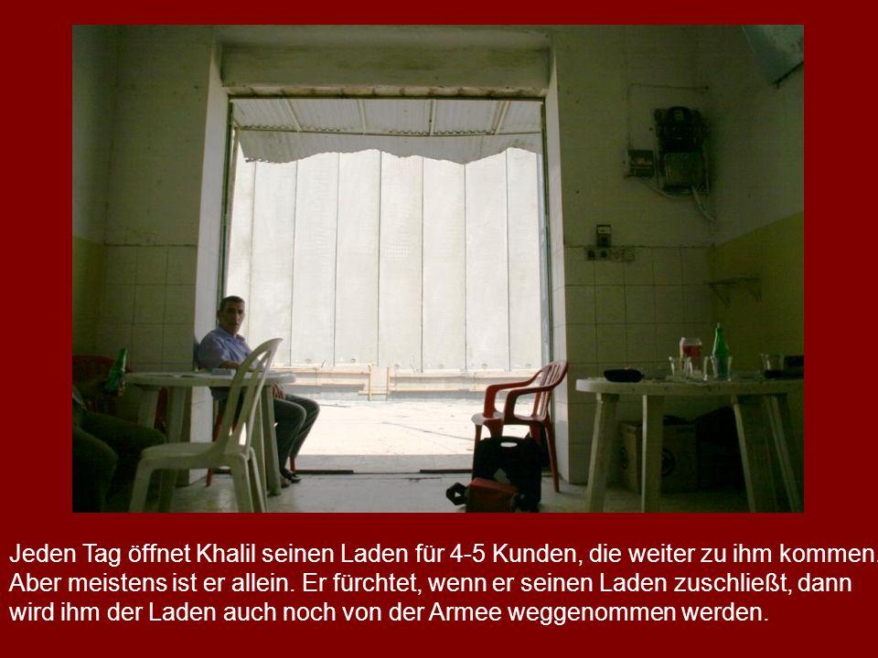 Jeden Tag öffnet Khalil seinen Laden für 4-5 Kunden, die weiter zu ihm kommen.