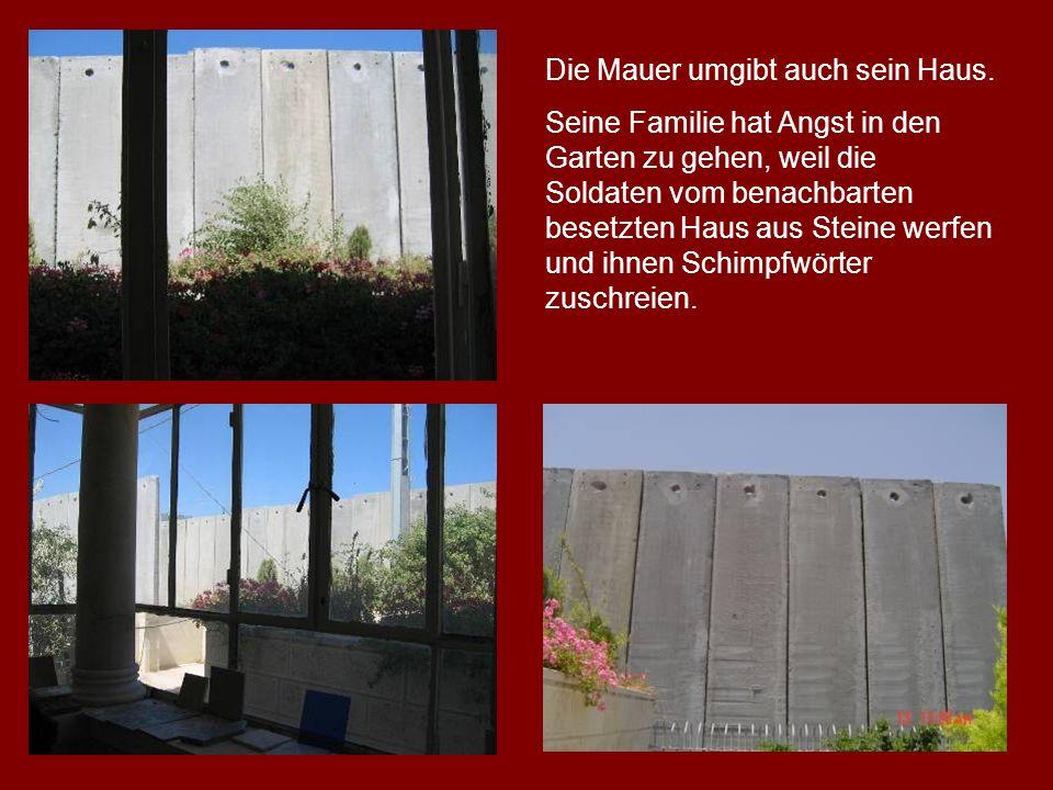 Die Mauer umgibt auch sein Haus.