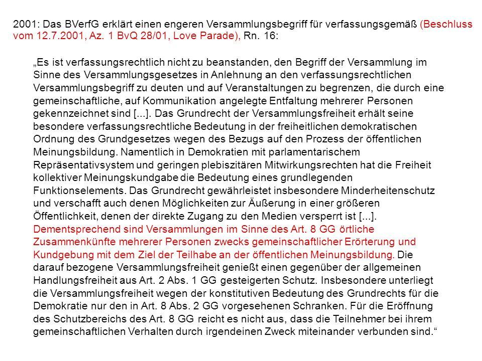 2001: Das BVerfG erklärt einen engeren Versammlungsbegriff für verfassungsgemäß (Beschluss vom 12.7.2001, Az. 1 BvQ 28/01, Love Parade), Rn. 16: