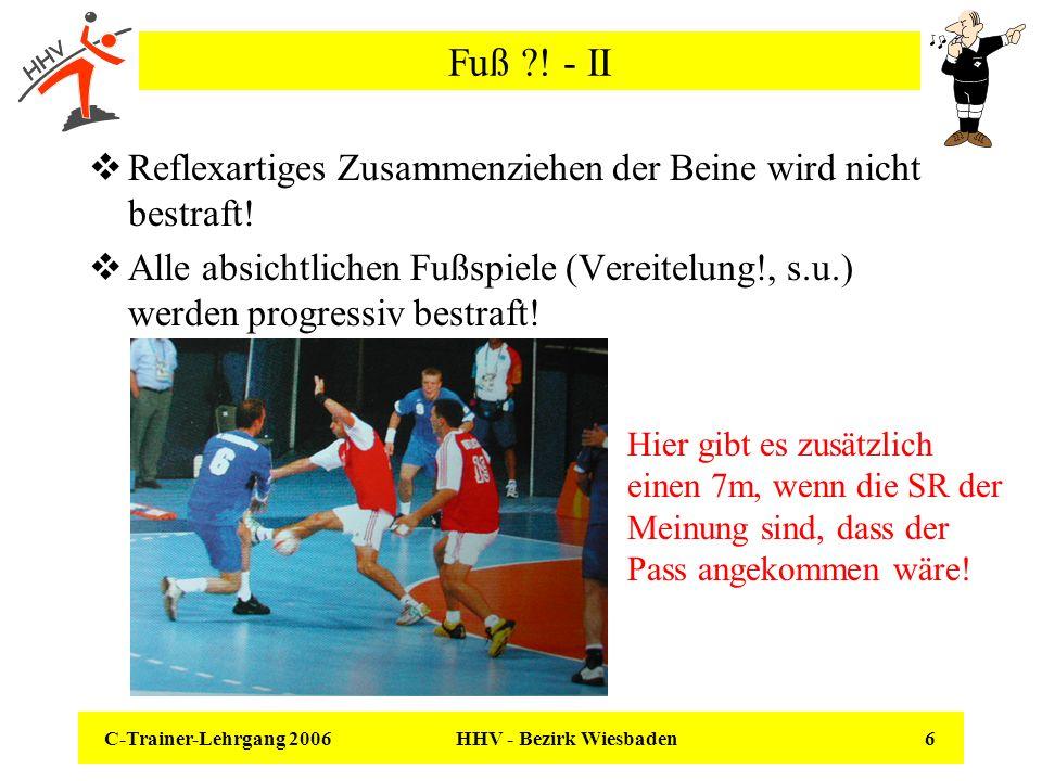 Fuß ! - II Reflexartiges Zusammenziehen der Beine wird nicht bestraft!