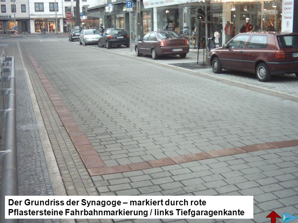 Die Petersstraße heute, Die Markierung entspricht dem Grundriss der Synagoge