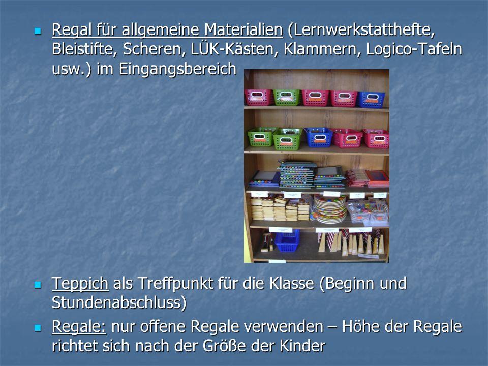 Regal für allgemeine Materialien (Lernwerkstatthefte, Bleistifte, Scheren, LÜK-Kästen, Klammern, Logico-Tafeln usw.) im Eingangsbereich