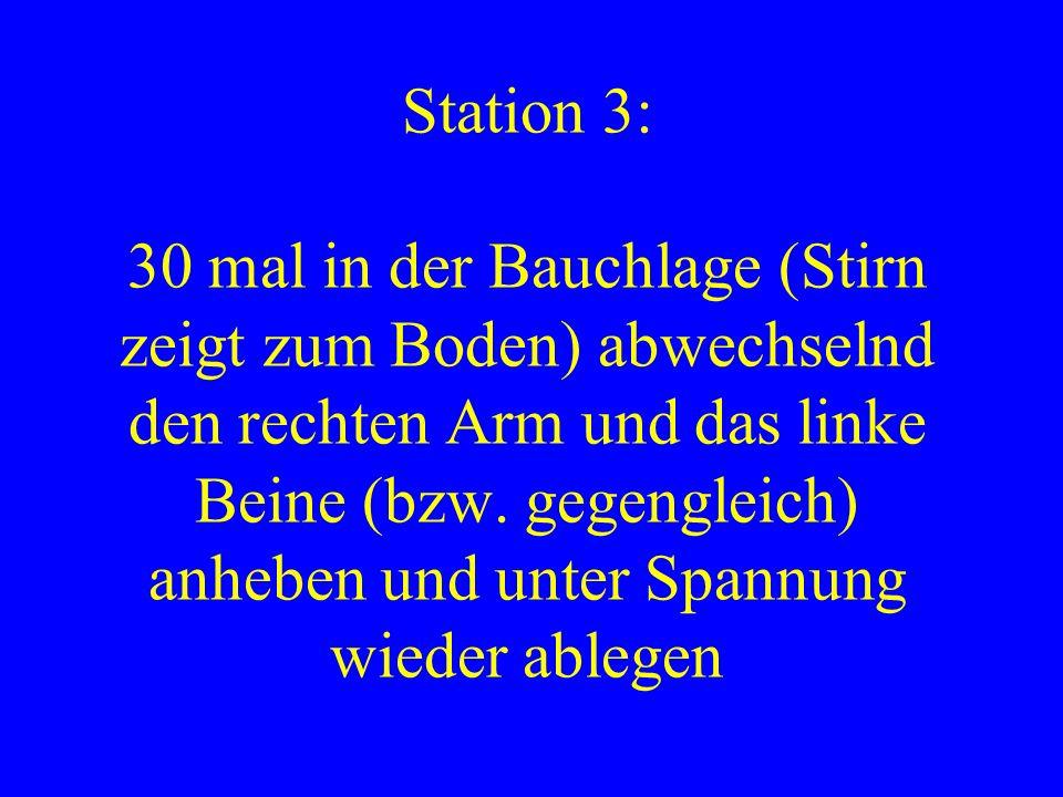 Station 3: 30 mal in der Bauchlage (Stirn zeigt zum Boden) abwechselnd den rechten Arm und das linke Beine (bzw.
