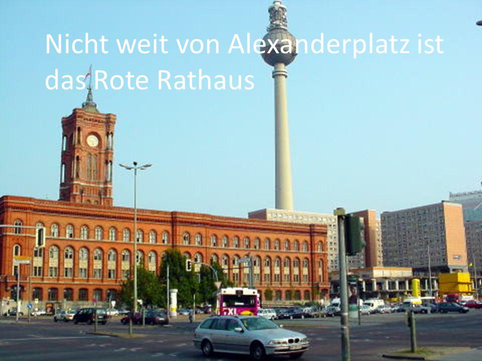 Nicht weit von Alexanderplatz ist das Rote Rathaus