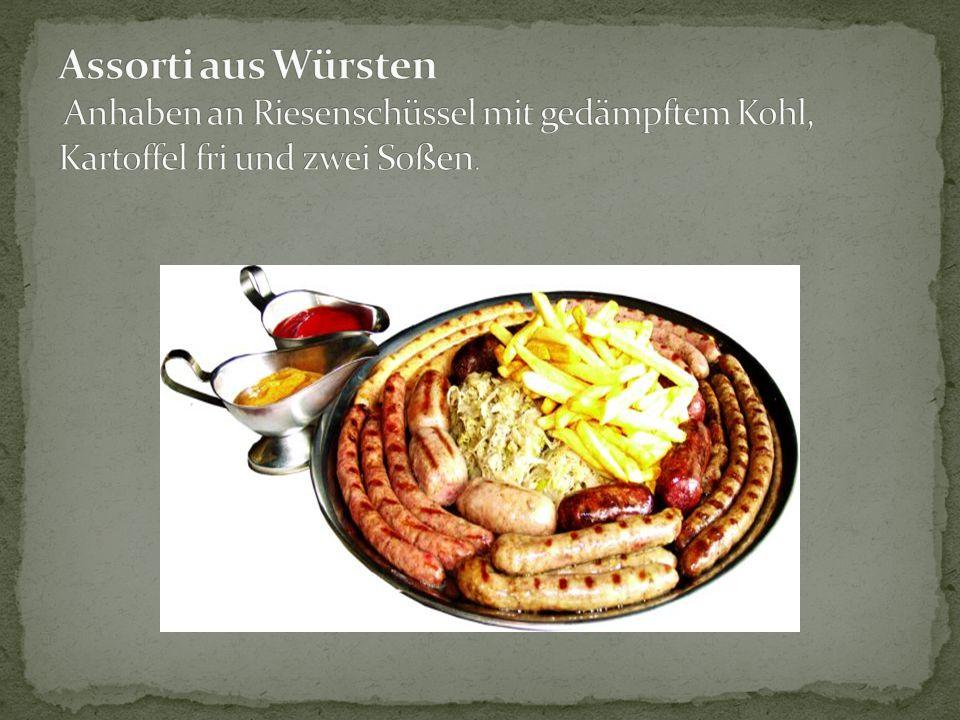 Assorti aus Würsten Anhaben an Riesenschüssel mit gedämpftem Kohl, Kartoffel fri und zwei Soßen.