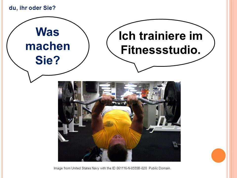 Ich trainiere im Fitnessstudio.