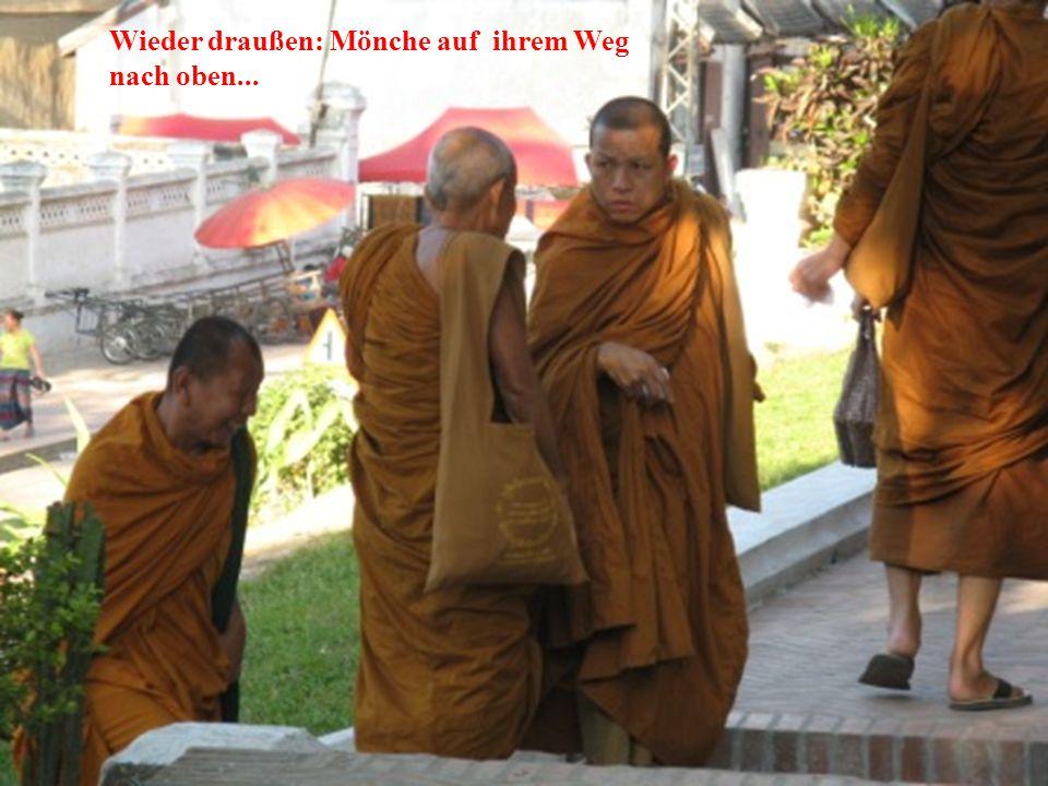 Wieder draußen: Mönche auf ihrem Weg nach oben...