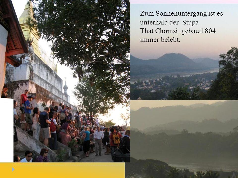 Zum Sonnenuntergang ist es unterhalb der Stupa