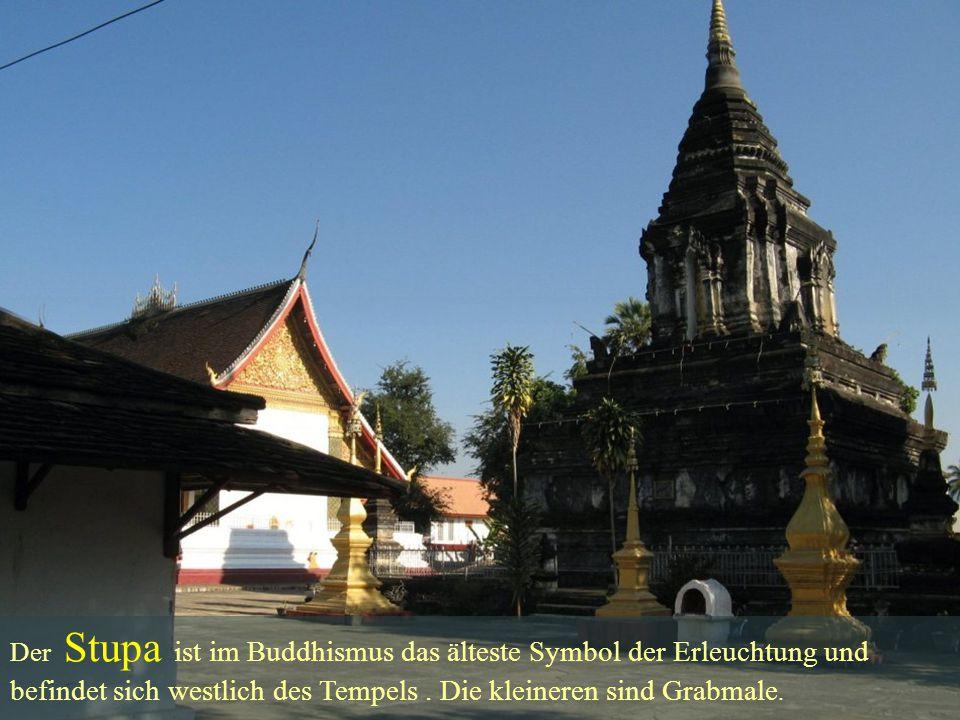 befindet sich westlich des Tempels . Die kleineren sind Grabmale.