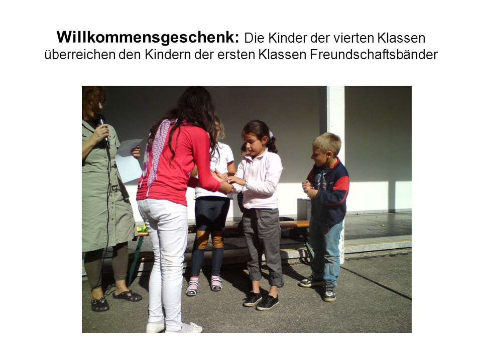 Willkommensgeschenk: Die Kinder der vierten Klassen überreichen den Kindern der ersten Klassen Freundschaftsbänder
