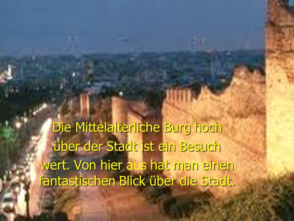 Die Mittelalterliche Burg hoch über der Stadt ist ein Besuch
