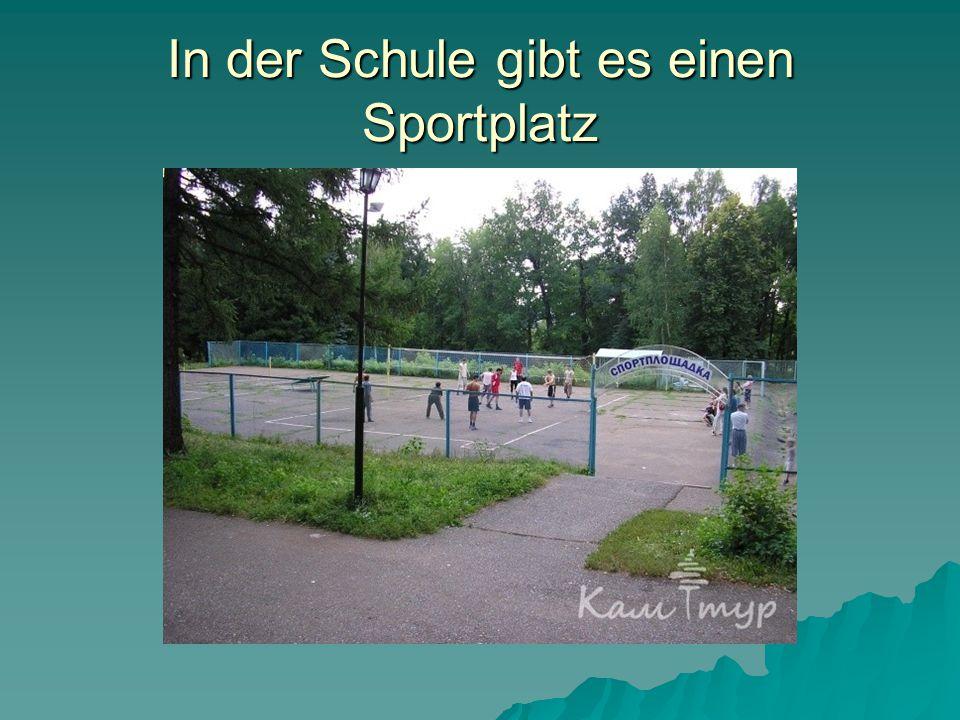 In der Schule gibt es einen Sportplatz