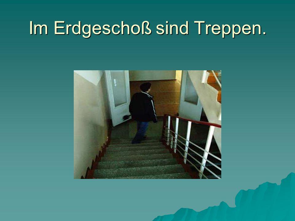 Im Erdgeschoß sind Treppen.