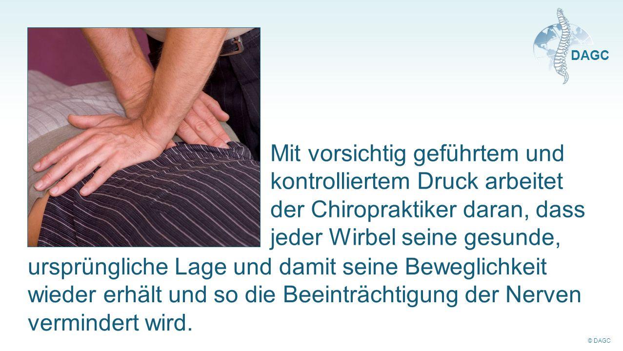 Mit vorsichtig geführtem und kontrolliertem Druck arbeitet der Chiropraktiker daran, dass jeder Wirbel seine gesunde,